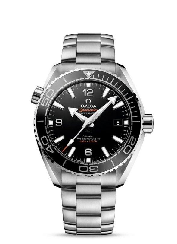 Aquí aparece un reloj omega Seamaster con bisel gris y de referencia 21530442101001