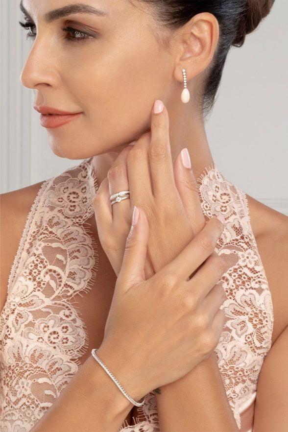 sortija oro blanco y brillantes dedo anular izquierdo